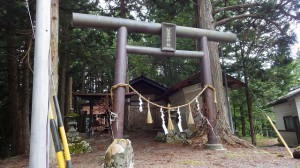 鳥居が2つあり、第1には「葦原神社」、第2には「本諏訪社」の文字が