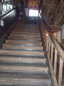 板張りの階段