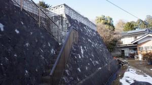 今は石垣で見えないが、かつては露頭があった(飯島町赤坂・田切断層)