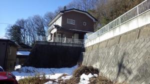 断層により基盤岩が出ており、現在その上に住宅が建っている(南箕輪村神子柴・小黒川断層)