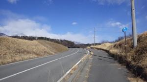 うねった地形に合わせて道路が造られている(中川村牧ヶ原)